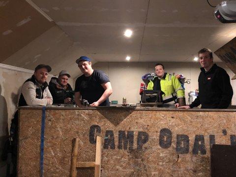 TID FOR RALLY: Kim Glomsås (t.v.), Fredrik Blunck, Marius Løkken, Martin Norli og Martin Otterstad gjør her de siste forberedelsene før avreise.