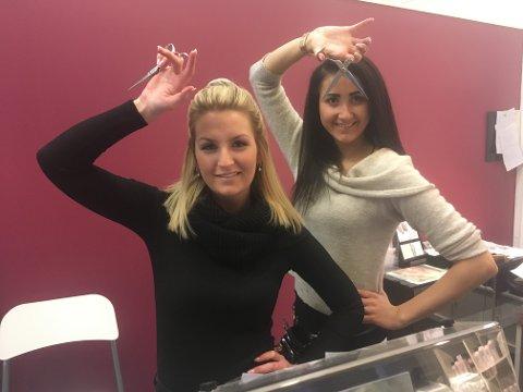 KLARE: Frisør Tina Ingelsrudøya og lærling Lina Syvertsen (til venstre) tror på humor i hverdagen, og  er  mer enn klare for å ta imot kunder i Epa-senteret.