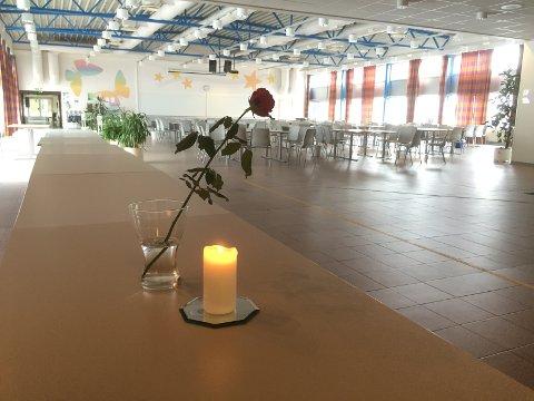 MINTES MEDELEV: Mandag ble det satt ut lys og en rose i kantina for eleven som døde i helga. Her lå også kondolanseprotokoll gjennom dagen.