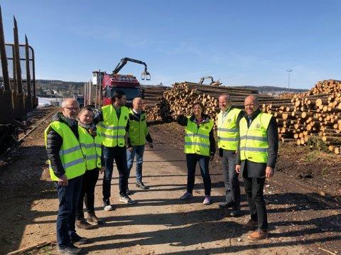 TERMINALBESØK: Sps stortingsrepresentant Ivar Odnes (nr. to f.h.) og fylkesordfører Arnfinn Nergård (t.v.) besøkte nylig tømmerterminalen på Norsenga.