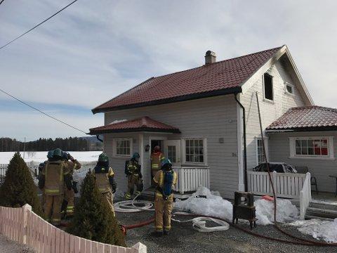 REDDET SEG UT: En mor og hennes tvillinger kom seg uskadet ut da det begynte å brenne i denne eneboligen på Brandval.