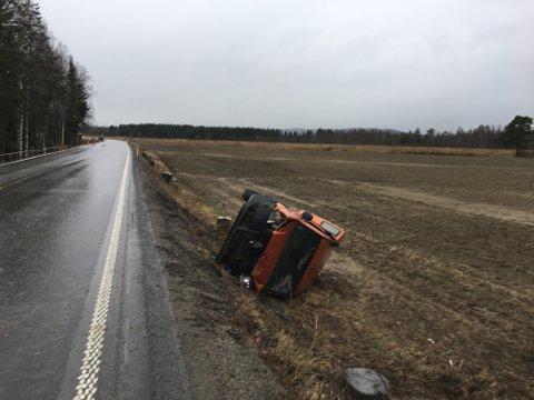 To av de tre som satt i personbilen kom seg ut av bilen ved egen hjelp. Den tredje ble skadet, men anses ikke som alvorlig skadet.