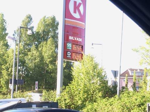 HØYT NIVÅ: Lørdag kostet bensinen 16,56 kroner ved Cirkle K på Årnes.