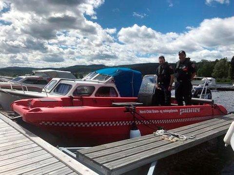 VIKTIG KJØP: Den nye brannbåten er etterlengtet. Her er feier Steffan Bunes og brannsjef Steinar Saugnes i den nye båten ved Sand brygge.