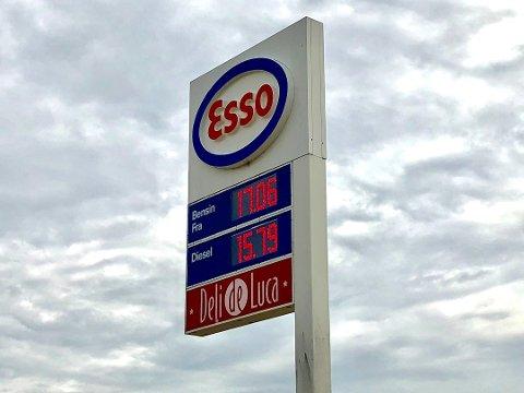 OVER 17: Esso-stasjonen langs E6 ved Gardermoen skilter med 17,06 kroner literen. Prisnivået har aldri vært høyere.