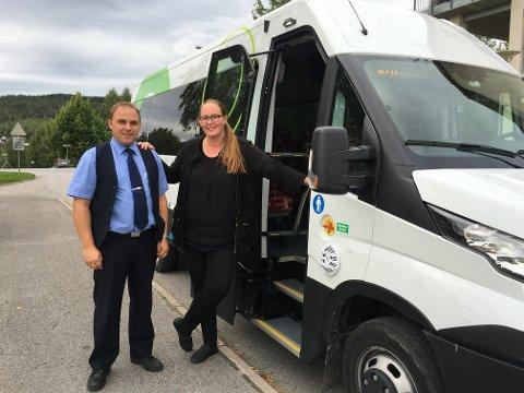 SUKSESS: Bussen fra Sand til Eidsvoll er blitt en suksess. Bildet av sjåfør Knut Skjerven og Lise Selnes ble tatt i september 2016.
