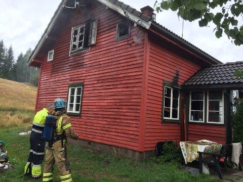 TOTALSKADD: Det er tydelige merker etter brannen på utsiden av huset.