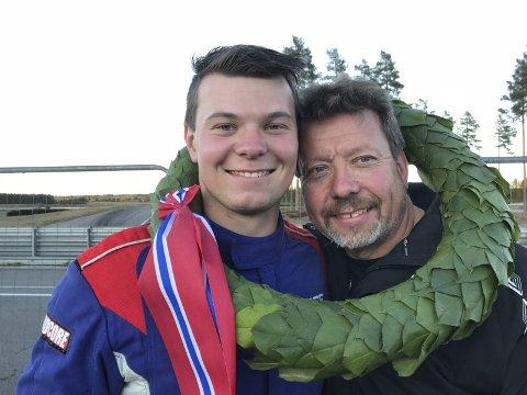 Fornøyd seiersduo: Alf Marius Loe Sandberg og pappa Svein Tore kunne smile fra øre til øre med laurbærkransen rundt halsen på Vålerbanen etter helgas NM-finale i GT4-klassen.