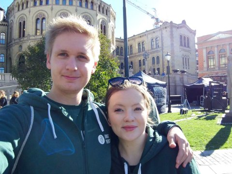 SIKTER HØYT: Samboerparet Amanda Haugnes Rygg og Gard Løken Frøvoll blir lagt merke til i Venstre. Her har de tatt en selfie utenfor Stortinget.