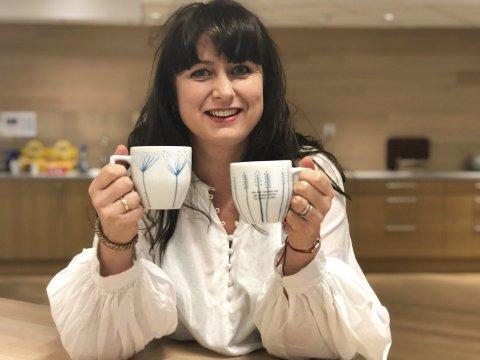 """DESIGNER TERESA BERGERUD: Her med to av Børli-koppene. Verset på strå-koppen: """"For det hender deg på jorden, dette. Du lever. Lever."""""""