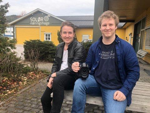Eskild Vika Amundsen vokste opp som fosterbror med Adrian Fjeld. Nå satser han ordentlig på Vika film&foto og har en sterk dokumentar om eget liv i barnevernet under produksjon.