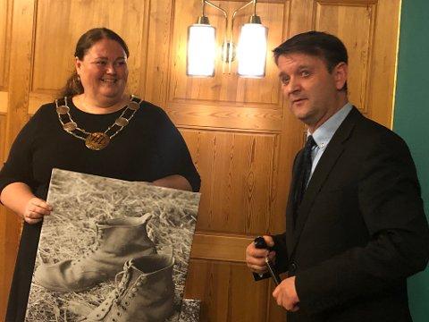 TRÅKKE SPOR: Kari Heggelund fikk arve Ørjan Bues eget bilde av to utgåtte pluggsko med råd om å tråkke sine egne spor.