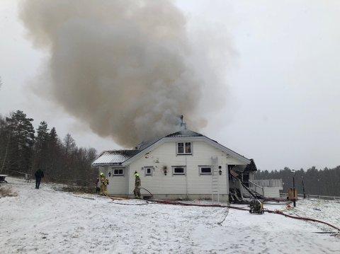 Brenner: Det tok fyr i en bolig på Skarnes tidlig søndag morgen. Fem personer reddet seg uskadd ut av boligen, men bygningen er totalskadd.