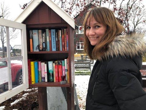 Biblioteksjef Stine Raaden håper mange barn skriver brev til Festningsnissen og leverer senest lørdager klokka 18.00. Da får de svar mandagen etter!
