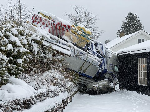 Inn i veggen: Sjåføren mistet kontrollen på lastebilen og dundret inn i huseveggen.