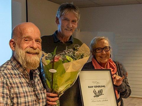 HEDRET: Hans Ludvig Fredheim (i midten) fikk dialektprisen av Asgeir Østli og Siri Føsker.
