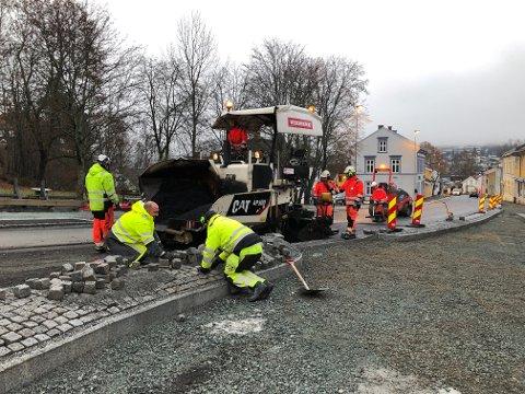 FIKSES: Flere gater i Øvrebyen skal nå ble bedre. Bildet er fra tidligere arbeider i krysset Øvre Langelandsveg/Storgata.