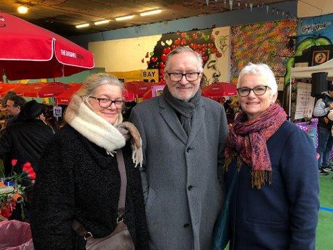 Britt Ødegaard og Erik Paulsen fra Kongsvinger er i London for å få med seg den store norske blueshelga. Her på lørdagsvorspiel ved Portobello Road. Også Anne Grethe Myhre fra Skogbygda gleder seg stort til å høre nevøen på en av verdens mest berømte scener.