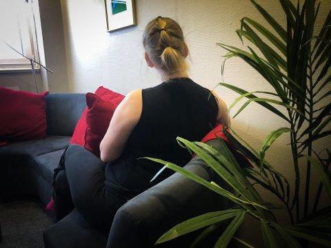 SKJULT FATTIG: Alenemoren «Kristin» lever i det hun kaller «skjult fattigdom». Ingen rundt henne vet hvor mye hun egentlig kjemper for å få endene til å møtes. Nå har gavmilde glåmdaler sendt henne både penger og mat. FOTO: Mathilde Lea