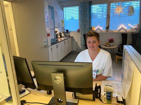 MØTER DEG: Sykepleier Camilla Brenna møter deg i resepsjonen når du kommer til legevakta. Men ikke møt opp før du har ringt - og fått tildelt møtetidspunkt!