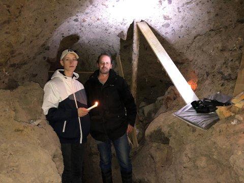 HEMMELIG HULE: Andreas Hansen og sønnen Markus har laget seg sin hemmelige hule i kommuneskogen.