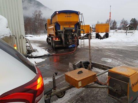 SVÆRT GLATT: Statens vegvesen melder at de har sendt ut alle sine entreprenører for å salte og strø da det er svært glatt i store deler av Innlandet.