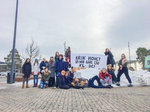 STREIKER: Ungdommer streiker utenfor Sentrum videregående skole i Kongsvinger.