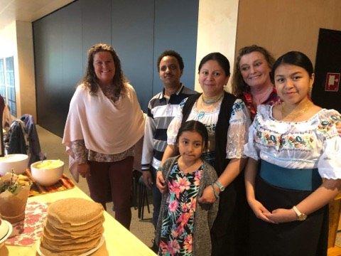 Familien fra Equador er et fargerikt innslag i Våler. Her er det Blanca, Kimsa og Sayana sammen med Yacob fra Eritrea og Eva Wenstad og Henriette Svenneby, som er blant de frivillige som driver språkkafeen i Våler.