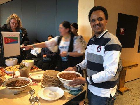 Yacob fra Eritrea er veldig ivrig på at vi skal smake hans versjon av nasjonalretten injera.