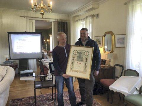 PRIS: Finn Gjems fikk prisen av Knut Arne Gjems.