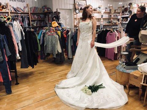 PRAKTFULL: To brudekjoler ble raskt solgt og nå er det kommet inn en brukt brudekjole. – Her er én av de mest påkostede som er til salgs, forteller soldat og frivillig Linda Antonsen. Christina Haga Ommestad var modell i en kjole hun selv kaller «praktfull».