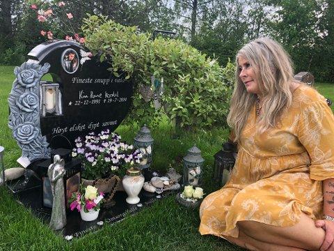 STELLER: Mari er på Kim Runes grav hver dag. Ennå har hun ikke greid å kjøre forbi. – Jeg plukker og steller. Det eneste jeg kan gjøre for ham nå, sier hun.