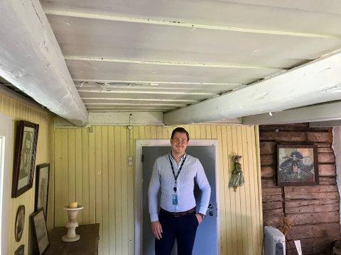 TØMMER: Mekler Marcus Gylterud under en solid takkonstruksjon, den vitner om at folk ikke var så lange som vi er i våre dager.