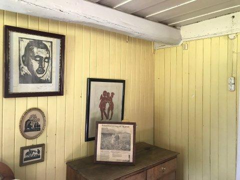 GAMMELT: Eiendommen ble bebygd første gang i 1855, innrammet på kommoden står en gammel reportasje fra Glåmdalen om da det var potetdyrking på Skjæret. Det har også vært holdt høner her.