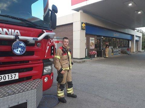 RYKKET UT: Brannvesenet rykket torsdag kveld ut til Esso-stasjonen på Kongsvinger. – Det var endel røyk i lokalet da vi kom til stedet, sier utrykningsleder Thomas Andersson i Glåmdal brannvesen IKS.