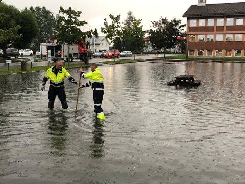VANN: Det var rene innsjøen på parkeringsplassen utenfor rådhuset på Flisa.