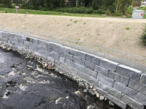 TRYGT: Den nye steinmuren både sikrer og forskjønner Tusenårsstedet.