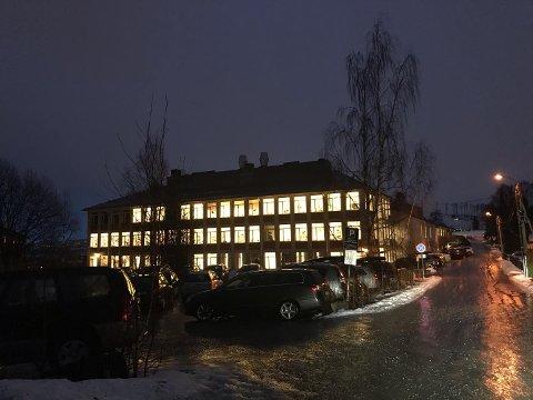 TRUET: En trussel ble framsatt mot Gjøvik videregående skole via Facebook natt til tirsdag. Politiet var på stedet med flere patruljer tirsdag morgen.
