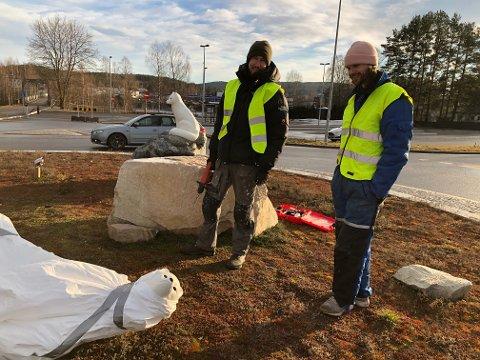 Aleksander Stav og Lars Skjelbreia har reparert revemor, og mandag ettermiddag var hun klar for montering i rundkjøringen på Skarnes.