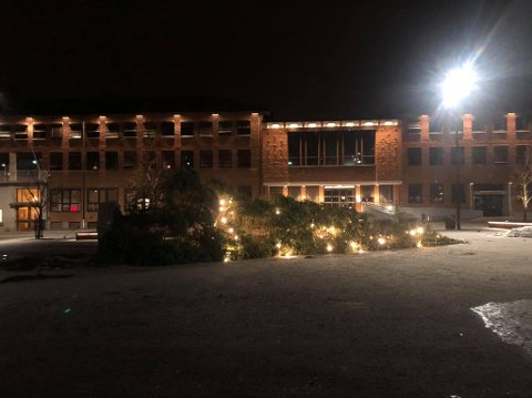 Fredag kveld falt julegrana på rådhusplassen over ende.