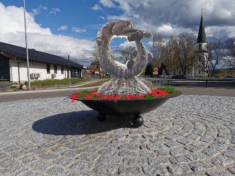 Kjell Grindens karakteristiske kunstneriske grep er lett å kjenne igjen i illustrasjonen av gjeddeskulpturen, som skal opp i rundkjøringen på Sand i løpet av våren.