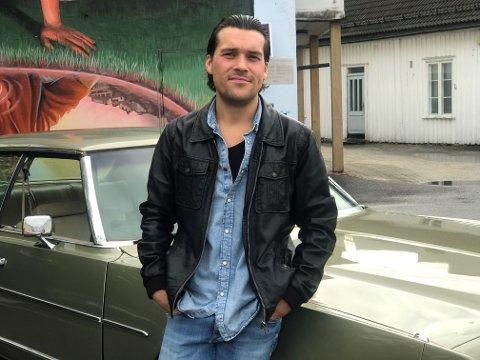 TØFT Å VÆRE HARRY: Lars Oliversen er glad i amerikansk kultur, og har en stor forkjærlighet for gamle biler og musikk.