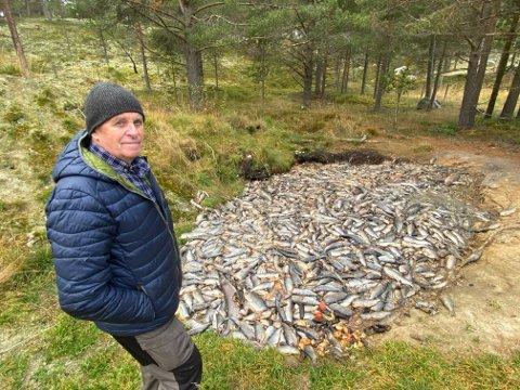 UAKSEPTABELT: Johan Hallstein Elgåen foran seks tonn med sik som er dumpet i naturen utenfor Elgå. – Helt uakseptabelt, sier Elgåen som tidligere har vært styremedlem i Femund fiskerlag og Femund Fisk.