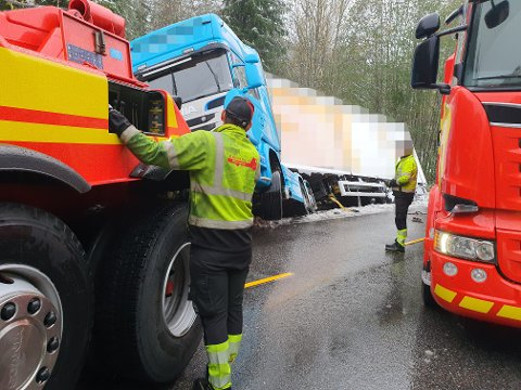VOGNTOG AV VEIEN: Et vogntog fra Riga veltet og ble liggende igjen i grøfta. Foto: Repseth Auto