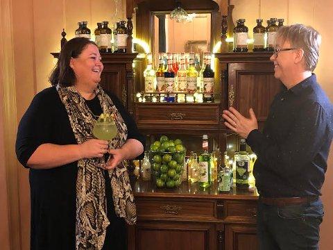 """VIDEO: Per Magnus Haig har invitert til videoprat  til den nye boka """"En bartenders bekjennelse"""", og ordfører Kari Heggelund var en av dem han ville ha med."""