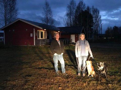 MER LIV: Det blir full aktivitet på fotballbana på Namnå. Det går fra fotball til hund. Namnå IL ved Tom Rensmoen har leid ut bana med tilhørende klubbhus til Åsnes og Omegn Hundeklubb. Leder Tove Moland forteller at de gleder seg til å ta i bruk anlegget.