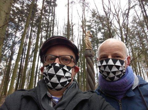 Roar Lishaugen (til høyre) og Standa Kosthia korrekt antrukket med masker. Det gjelder overalt i Tsjekkia.