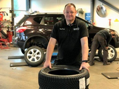 VINTERDEKK: Tom Rune Orerød hos Dekk Team Stickler på Fokserød anbefaler å tenke dekkskift allerede nå på grunn av smittevernhensyn.