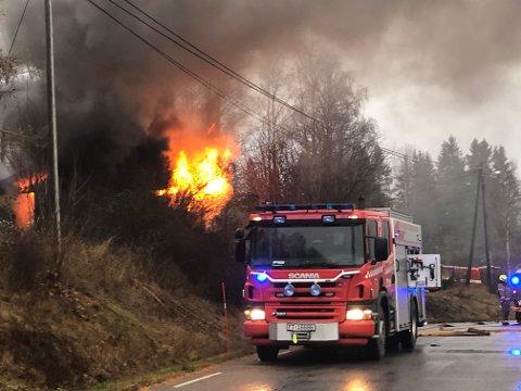 FULLSTENDIG OVERTENNING: Søndag ettermiddag begynte det å brenne i en garasje i Åsnes Åsa. I garasjen sto det en bil. Brannvesenet har kontroll på brannen, opplyser politiet.