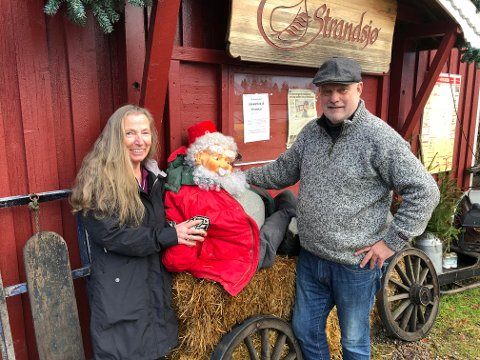 MARKED: Bjørn Vidar Sletten ved Strandsjø og Berit Jensen satser på stort julemarked. Der andre avlyser, satser de på et arrangement utendørs på et stort område.